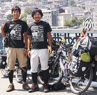 横断を達成した加藤さん(左)と田澤さん(右)=昨年7月/トルコ(加藤さん提供)