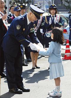 福井署長(左)から記念品を受け取る新1年生