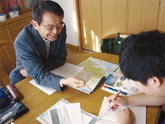 学びの場を提供する本間さん(左)
