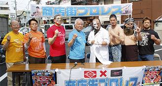 試合を前に気合いの入る大日本プロレスの選手たち(右側)