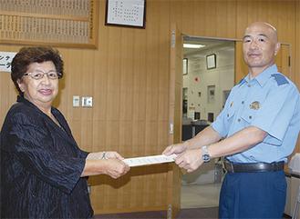 委嘱状を受けとる薩澤会長(左)