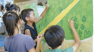 壁に絵を描き込む子ども達