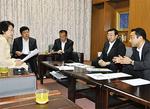 林文子市長に要望の概要を説明する斉藤伸一市議(右端)