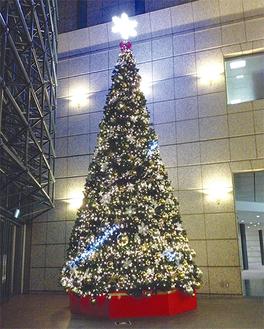 8m大のツリーが美しく光る
