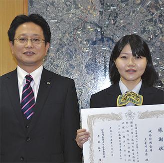感謝状を受け取った森支店長(左)と齋藤さん(右)