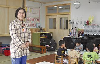 生まれ変わった川島保育園で生活する子ども達(左は吉野園長)