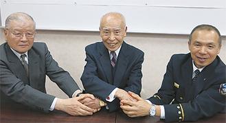固い握手を交わす3者(左から須藤理事長・吉川会長・阿部署長)