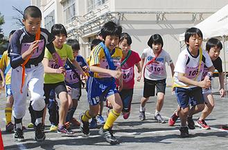 一斉に飛び出す子どもたち(3月16日・新井中学校)