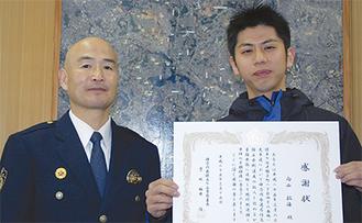 感謝状を受け取った向山さん(右)