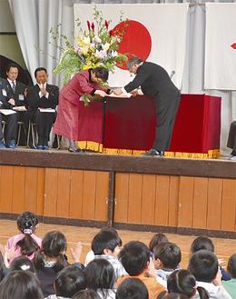 藤井校長に開校宣言書が手渡された