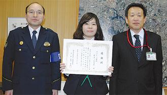 (左から)横田署長、植木さん、西野支店長