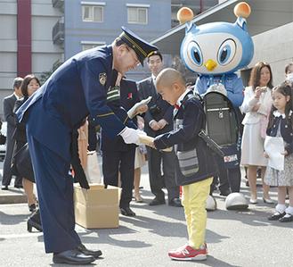 横田署長から記念品を受けとる新1年生