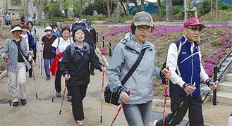 春の公園を歩く参加者たち