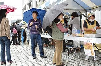 5月に区役所前で開催された「商店街元気市」
