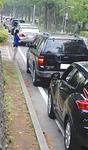 駐車待ちの車が並ぶ