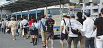 球場行きのバス乗り場には長蛇の列が