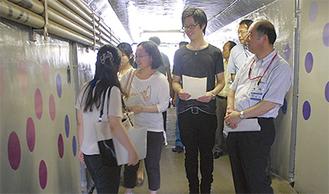 作品を鑑賞する鈴木区長(右)と国大生ら