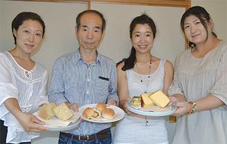 「和田菓子」を手にする開発メンバー