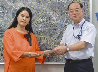 区長に提言を手渡す小林代表(左)