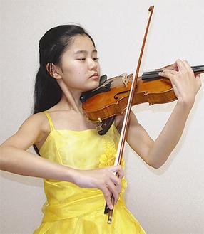 真剣な表情でバイオリンを構える