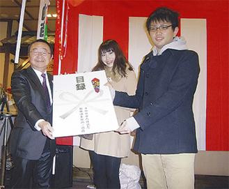 森山元明代表取締役(左)から目録が贈られた
