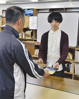 本の交換を行う地元住民と学生
