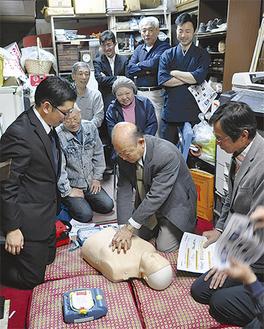 心臓マッサージを体験する村上理事長