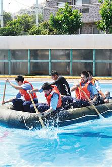 ボートの漕ぎ方を学ぶ署員