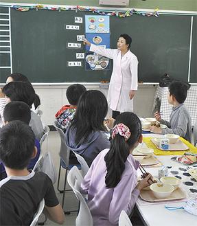 給食を食べながら授業を受ける生徒たち