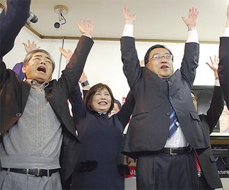 当選を喜ぶ上田氏(右)