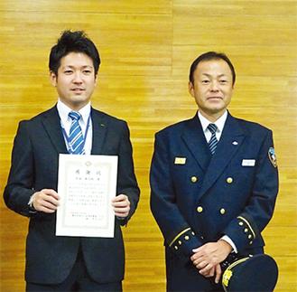 感謝状を手にする松坂さん(左)