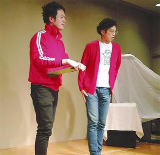 ステージに上がる箸休めさん(写真左)