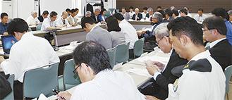 行政関係者や市民団体、民間企業らから約60人が参加した協議会のようす