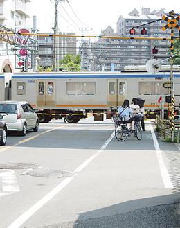 電車の通過を待つ自転車