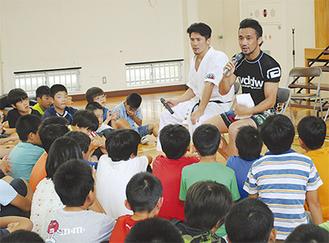 児童に語る尾崎さん(左)と勝村さん(右)
