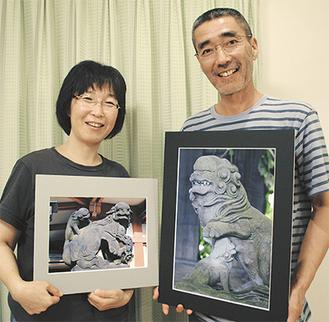 お気に入りの1枚を手にする山田さん(左)と森田さん(右)