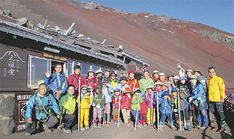 8合目の山小屋の前に集まる参加者