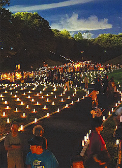 5千個のキャンドルが園内を幻想的に照らす 〔写真は過去のようす〕