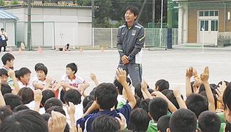 子どもたちから質問を受ける中西選手