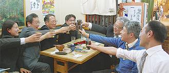 仲間とともに「はしご酒」を楽しむ参加者=すし割烹冨樫