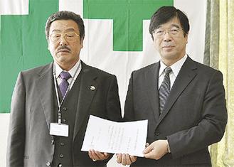 認定通知書を手にする鈴木社長(左)と若生局長
