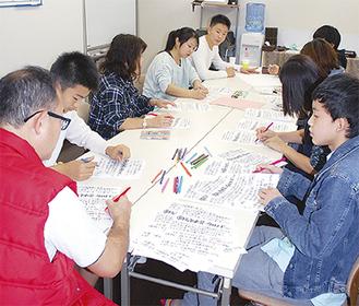 チラシを作る岩崎中学校男子バスケットボール部の父母会や部員の有志