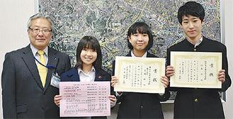 菅井区長と澤田さん(中央左)森岡さん(中央右)杉山さん(右)