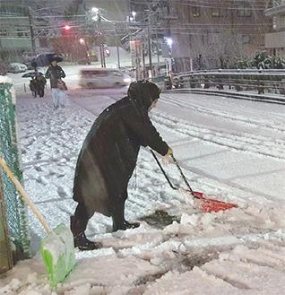 午前4時半ごろに歩道の雪をかく人〔上星川・満天の湯付近〕