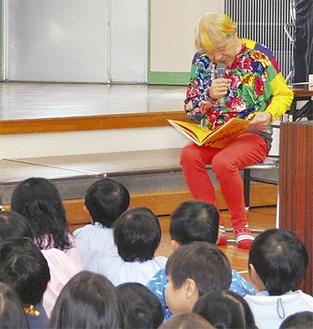 園児の前で絵本を開く志茂田さん