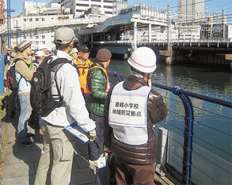 帷子川沿いの危険個所などを確認する参加者