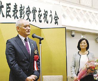 舞台に立ち感謝の言葉を述べる木村さん(右は成子夫人)