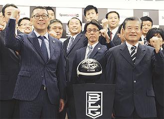 決意を表した川淵前会長(右)、大河正明チェアマン(左)、横浜の岡本CEO(中央)ら