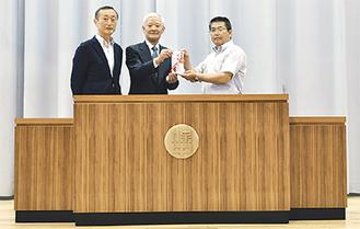 演台に立つ西田同窓会長(左)、有澤実行委員長(中央)、増田校長(右)