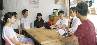 関係者と話し合う荒川さん(右から2番目)と天野さん(同3番目)